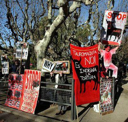 Activistas antitaurinos, ayer, en la puerta del Parlament.