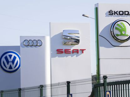 Los logotipos de Volkswagen, Audi, Seat y Skoda en el parque logístico de Villers- Cotterets (Francia)