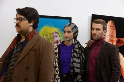 Carlos González (izquierda), interpretando a Bob Pop, junto a Alba Flores y Ramón Pujol.