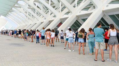 Personas hacen la cola para vacunarse en la Ciudad de las Artes en Valencia, el pasado 16 de agosto.