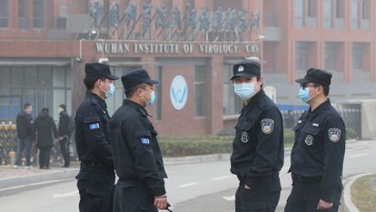 Cuatro vigilantes de seguridad custodian el instituto de virología de Wuhan, en febrero.