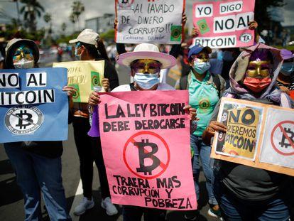 Una protesta en contra del bitcoin en El Salvador, el 7 de septiembre.