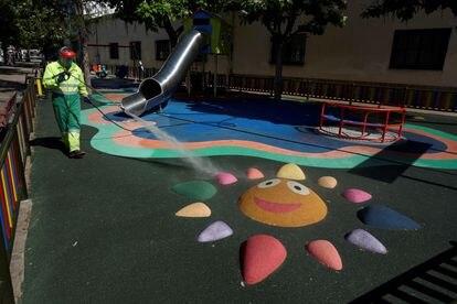 Un operario desinfecta un parque infantil este viernes en Ávila como parte de los preparativos para adentrarse en la nueva normalidad.