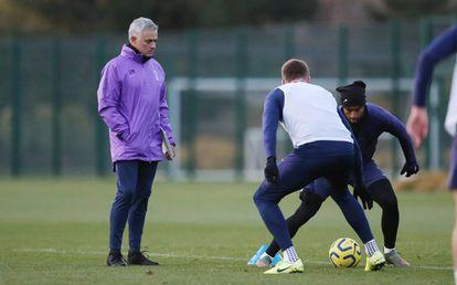 Mourinho durante su primer entrenamiento con el Tottenham.