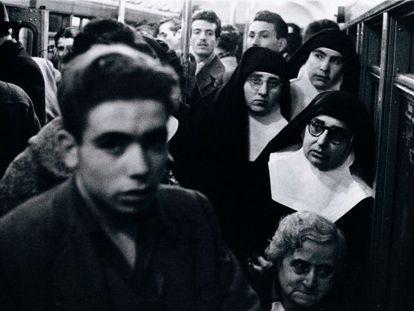 'Metro' (1959), una de las fotografías de Leopoldo Pomés incluidas en el libro y en la exposición.