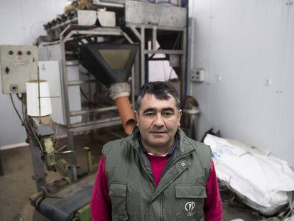 El empresario Francisco López, junto a la maquinaria de envasado de patatas que compró justo antes de la prohibición.