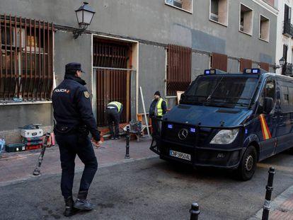 La Policía Nacional ha desalojado en una intervención sin incidentes el edificio que ocupaba desde noviembre de 2018 el colectivo de ultraderecha Hogar Social Madrid, en la calle Cristino de Martos.