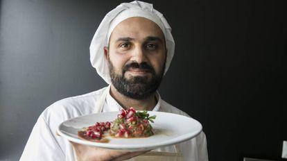 Anas Kassab sostiene un plato de Baba Ganoush.
