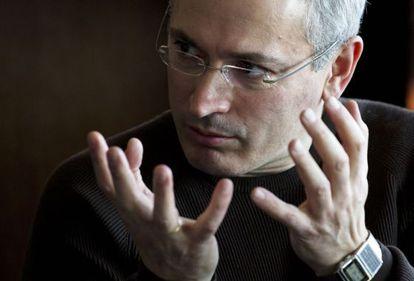 Mijáil Jodorkovski, en marzo en Ucrania, uno de los primeros países que visitó tras su excarcelación. / David Azia (AP)