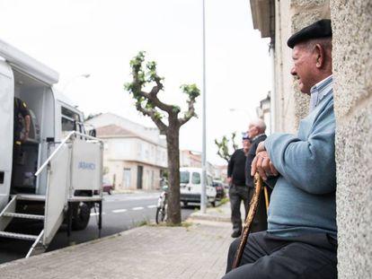 Un hombre sentado ante una oficina móvil de Abanca en Albarellos de Monterrei (Ourense), en 2019.