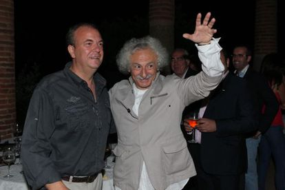 A la izquierda José Antonio Monago, presidente de Extremadura, junto a 'El Brujo'