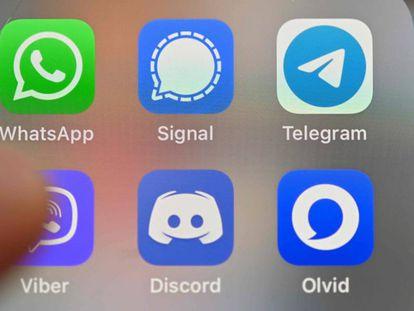 WhatsApp, Signal, Telegram y otras aplicaciones de mensajería en la pantalla de un móvil.