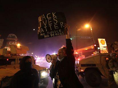 Una protesta en la calle Lake de Minneapolis, el pasado viernes por la noche.   29/05/2020 ONLY FOR USE IN SPAIN