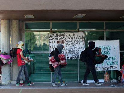 Encapuchados abandonan la rectoría de la UNAM en la mañana del miércoles.