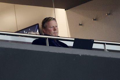 Ronald Koeman mira el partido entre el Atlético de Madrid y el Barcelona.