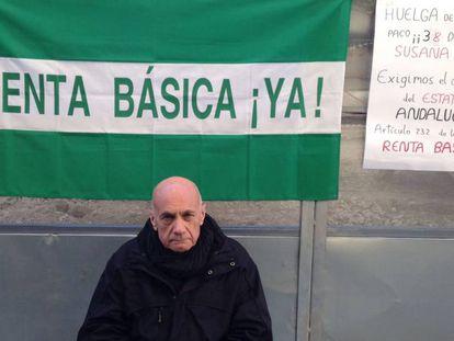 Paco Vega, esta mañana en Málaga, en su 38º día de huelga de hambre en demanda de la renta básica.