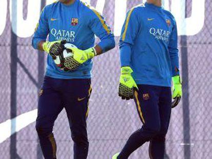 Bravo y Ter Stegen, en un entrenamiento del Barcelona.
