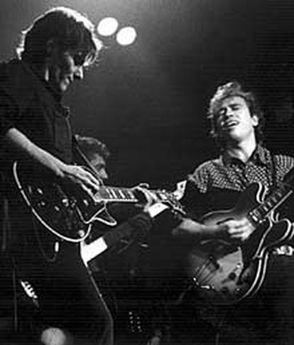 Arriba, Antonio Vega y Nacho García Vega, del grupo Nacha Pop, durante un concierto en 1988.
