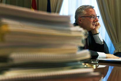 El ministro de Fomento, José Blanco, en su despacho durante la entrevista.