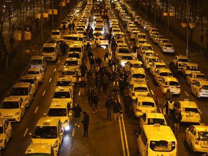 Taxistas estacionados en el paseo de la Castellana el pasado domingo.