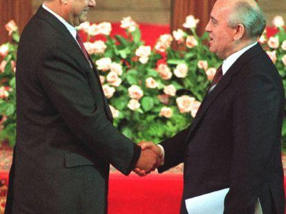 Uma imagem de 10 de julho de 1991 mostra o líder soviético Mikhail Gorbachev cumprimentando o novo presidente russo, Boris Yeltsin, depois de sua posse, em Moscou.