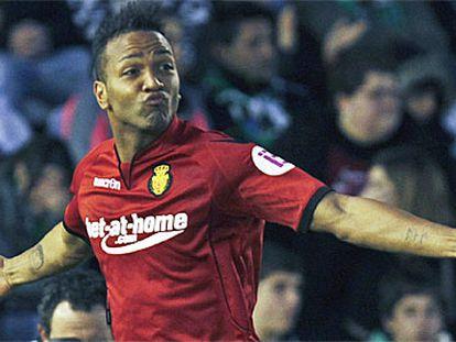 Nsue celebra su tempranero gol, el primero del partido.