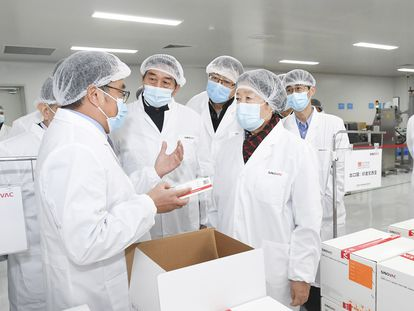 La viceprimera ministra china, Sun Chunlan, visita los laboratorios de Sinovac, una de las farmacéuticas chinas que desarrollan una vacuna