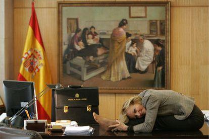 Elena Salgado, en su despacho el pasado martes, demostrando ser la más flexible del Gobierno.