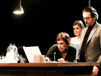 Una escena de 'La treva', con Clara Segura y, detrás, Ramon Madaula y Mima Riera.