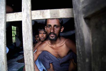 Varias personas de la miniroría rohingya de Bangladesh, en un campamento de refugiados en Birmania.
