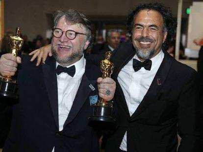 Guillermo del Toro y Alejandro González-Iñárritu, en el Baile de los Gobernadores tras los Oscar. En vídeo, Del Toro recoge el Oscar a la mejor dirección.