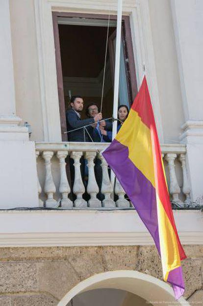 El alcalde de Cádiz iza la bandera republicana en el Ayuntamiento en 2016.