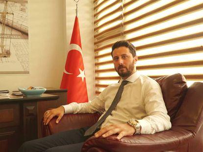Ahmet Alkiliç, constructor herido durante la resistencia de la población al golpe de estado del 15 de julio de 2016, en su despacho de Estambul.