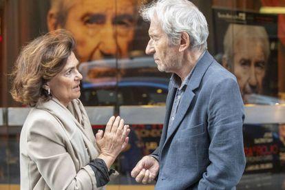 Carmen Calvo conversa con el actor José Sacristán, en Madrid.