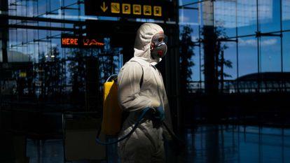 Un miembro de la UME desinfectando el aeropuerto de Málaga el día 16 de marzo, después de declararse el estado de alerta. España había registrado casi 1.000 nuevos casos de coronavirus en las últimas 24 horas.