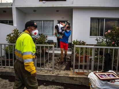 Un vecino del barrio de Todoque recoge sus pertenencias este martes, tras la erupción volcánica en La Palma.