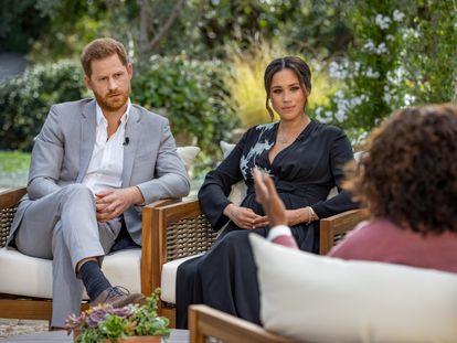 El príncipe Enrique y Meghan Markle, durante la entrevista con Oprah Winfrey, grabada en febrero.