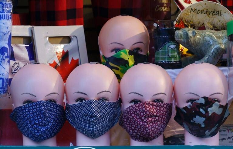 Mascarillas a la venta en una tienda en Montreal (Canadá).