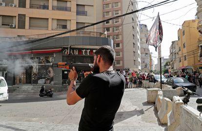 Un hombre dispara su arma en el barrio de Tayuné durante los enfrentamientos este jueves en Líbano.