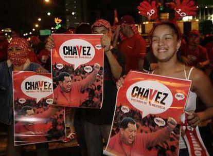 Varios seguidores de Chávez celebran en Caracas su reelección como presidente de Venezuela