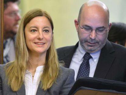 Los representantes del Movimiento Cinco Estrellas en el Senado, Vito Crimi (D), y el Congreso, Roberta Lombardi, hoy en Roma.