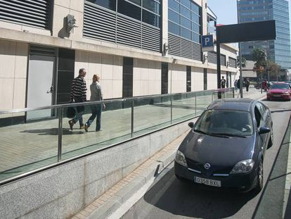 Varios vehículos hacen cola en el aparcamiento del centro comercial Diagonal Mar (Barcelona), este sábado.