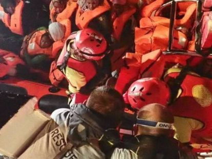 Imagen del rescate el pasado viernes de 69 personas por el barco Open Arms en la costa libia. En vídeo, imágenes del interior del barco.