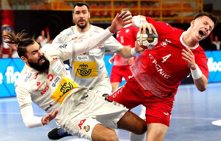 Maqueda (left) and Olejniczak, in an action for Poland-Spain.