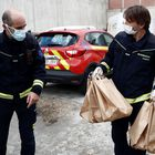 Los bomberos de Madrid ayudan en el reparto de las 10.000 comidas para familias vulnerables de la ciudad.