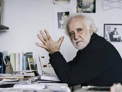 Ramón Andrés, en el estudio de su casa en Elizondo (Navarra).