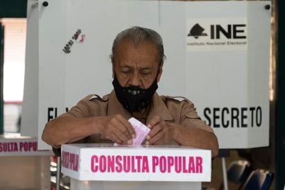 Un hombre vota en las casillas para la Consulta Popular en la Colonia Centro en Ciudad de México.