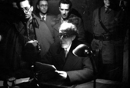 Besteiro lee su discurso por radio en presencia de Casado (primero por la izquierda).