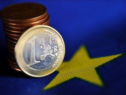 Un euro sobre la bandera de Europa.