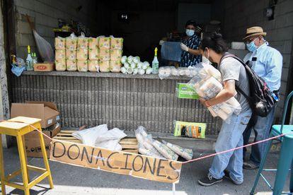 Voluntarios juntan donaciones para los afectados de la crisis económica en un bar de Ciudad de Guatemala, el pasado 16 de abril.